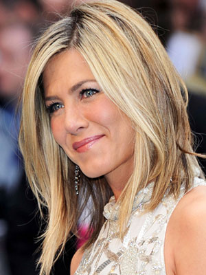jennifer aniston side part hairstyle